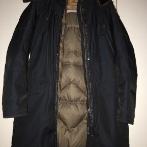 Lækker, lækker Parajumpers i smuk mørkeblå. Aftageligt foer. Virkelig en kvalitetsjakke.
