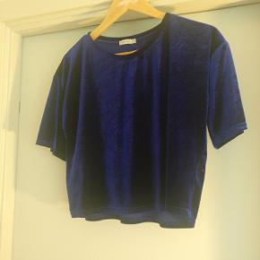 Fin kort bluse i velour. Der står STR. 8 i nakken - vil mene den svarer til str S