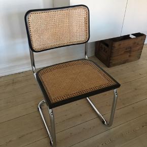 Inspireret af frisvinger-stolene. Nymalet og i perfekt stand.