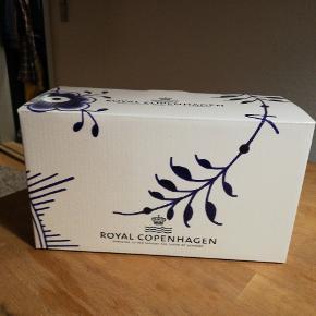 Royal Copenhagen krus, blå mega riflet. 2 stk. Aldrig brugt, fik det i gave og jeg får det ikke brugt. 1.sortering.