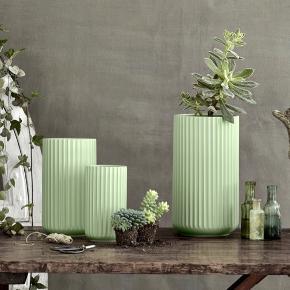 Vaser fra Lyngby, de er fra 2. sortering og i fin pastel grøn, haves i følgende størrelser:  25 cm: 250 kr 20 cm: 150 kr  De er markeret som aldrig brugt, da de udelukkende har haft tørrede blomster i.  Bud modtages gerne.