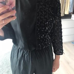 Vintage buksedragt med 2 delt top, en side med pailletter og en side med normal. Også har den os åben ryg. Fejler intet.