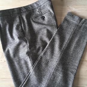 Brand: Massimo Dutti Varetype: Bukser Farve: Sort Hvid Materiale: 77% uld og 12% polyamid, 7% silke, 2% elasthan og 2% polyester.  Denne annonce: Klassisk business bukser i herrestil, pencil m pressefold. Massimo Dutti, str. 42, lidt små i størrelsen. Flot stand, 125kr.  Se også de andre annoncer med bukser i str 42-44:  1) 2nd Day, tætsiddende grå jeans med strech. Grå med sort blondemønsterprint ned langs benene, klassisk 5-lomme jeanssnit. W29/L33. 150kr. 2) Klassisk business bukser i herrestil, pencil m pressefold. Massimo Dutti, str. 42, lidt små i størrelsen. Flot stand, 125kr. 3) Løse business bukser, lige snit, 3/4-lange m pressefold. Mango Suit, str 42. Nsn, 150kr.   Rabat på 25kr pr. par ved køb af flere par bukser🌞