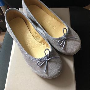 Varetype: NYE ballerina sko Farve: Grå Oprindelig købspris: 499 kr.  NYE ballerina sko i str. 34 - stadig i kassen.    MP er kr. 375+porto.    Jeg bytter ikke.
