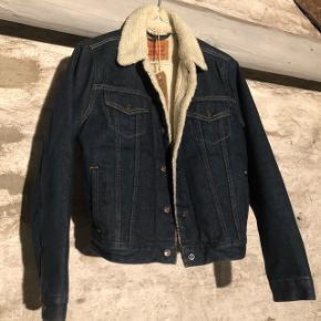 Sælger denne Levi's jakke med hvidt fór.  Den er brugt men har ingen tegn på slid (det er gamle billeder).   Np: 1199,-  Er åben for alle bud