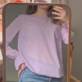 Day Lilac langærmet bluse fra Day Birger Et Mikkelsen med vide ærmer. Ingen pletter eller tegn på slid.