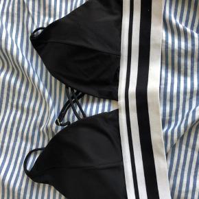 Bikini fra H&M  Størrelse 38  Man kan justere på længden på stropperne, man kan også vælge om stropperne skal krydse hinden eller være parallelle