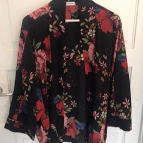 Smuk cardigan / kimono, blomstret , rød .  Brugt 2 gange   Så fin 🖤