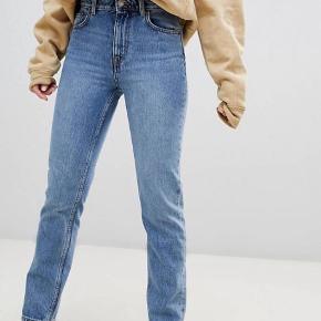 Seattle højtaljede mom jeans fra Weekday, str 30/28. Brugt meget lidt