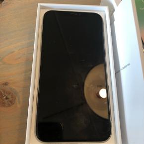 Sælger her min iPhone x 64 gb Den er 14 mdr gammel  Sælges med alt tilbehør samt kvittering  Som ses på billede så er bagsiden smadret !  Pris 4500kr  Kan sendes med dao for 40kr