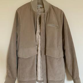 Skindjakke fra H&M. Er en 36, men den er stor i størrelsen - jeg er en 38 og passer den perfekt :)