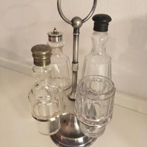 Flot og hyggelig holder til F.eks salt og peber. Der er 4 glas beholdere der følger med.