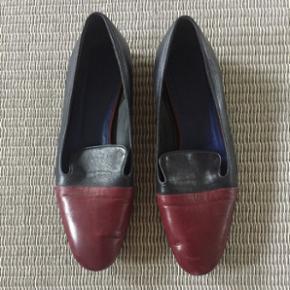 Det er en str 38,5. Smukke loafers med 2 delt farver navy/bordeaux. Gået med et par gange gi et bud