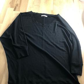 """Sort, lidt """"see-through"""", bluse med 3/4 lange ærmer. Den er lavet til at være en anelse oversized 🌸"""