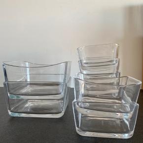 Blomus glas skåle sælges.  Brugt få gange men har ungen tegn på brug.   8 firkantede glas skåle med buede kanter. 2 stk. ca 14x14cm 6 stk. ca. 10x10cm