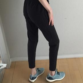 Bukser fra Adidas med lynlåslomme i hver side Brugt få gange  Køb flere ting og få mængderabat 🤗