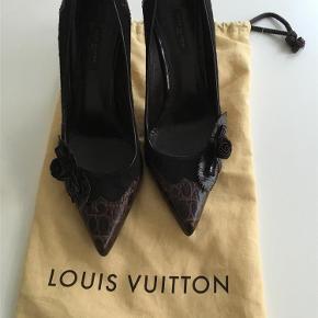 d794d8a0043 Varetype: Elegante stiletter Farve: Brune Super smukke stilletter fra Louis  Vuitton i krokopræget skind