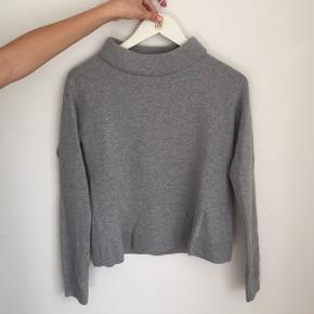 e7f5322c Grå strik/sweatshirt fra &other stories med høj hals. Brugt få gange Se også