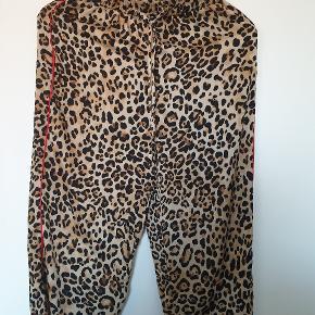 Fine topshop leopard bukser med rød stripe. Stoffet er ala silke i følelsen.   Sender gerne.
