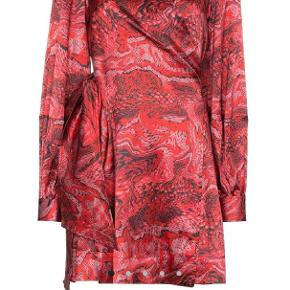 Rød silke mini wrap dress fra ganni. Ny med prismærke