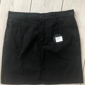Sprit ny lækker nederdel stadig med tags.  Liv 80 cm Længde 45 cm  100% bomuld