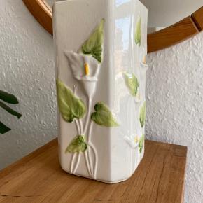 Fineste porcelænsvase fra Loucarte made in Portugal. Mål: højde: 22,5 cm, bredde: 11 cm