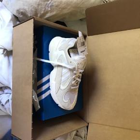 Sælger disse super fede Adidas yung 1 da de er for store til mig, men kan ikke sende dem tilbage, de er lige kommet ind af døren så er derfor helt nye og fejler intet!  Byd gerne   Det er en str 41,1/3