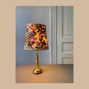 Fineste bordlampe i messing med blomsterskærm // Ø: 21 x H: 39 (med skærm) // 170cm ledning