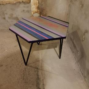 Vintage bord i traktræ, 6 kantet, b. 53. H. 43 cm. Spansk designbord med kraftigt jernunderstel. Bordpladen, DIY projekt, men kan males. M.p. 300 kr. Tlf. 20991558.