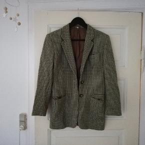 Fin blazer i uld og 10% cashmere, med tern. Den er grøn og brun, str. 40