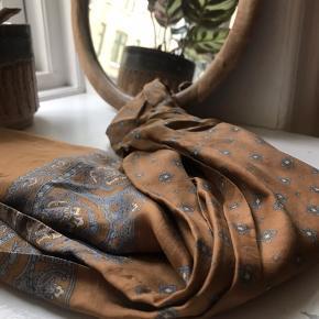 Skønt vintage silke-lignende tørklæde fra Malene Birger, kan bruges både til håret, om halsen, som 'bælte' og lignende. Har aldrig brugt det - købt i en luksus-vintage på jægersborgsgade. 🌿  Ca. 120 cm.   💞 Bytter ikke - tager ikke flere billeder - prisen er fast   🌎 Afhentes på Nørrebro  💌 Sender gerne med DAO