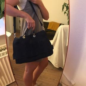Mørkeblå, faux ruskindstaske fra Zara. Rimelig rummelig og med rem.   *Sendes med DAO (køber betaler fragt) eller afhentes på Vesterbro eller indre by København.