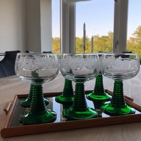 """6 fine vinglas. De såkaldte """"weinrømer"""" med flot grøn fod og smukke vinranker på selve glasset. Alle er i perfekt stand og uden skader og skår.  Højde: 13cm Diameter:7,5cm Altså den helt rigtige størrelse for vinglas. Pr. Stk 40,-kr Køb alle 6 for 200,-kr"""