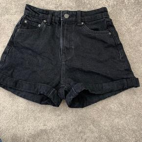 Sorte denim shorts fra Bershka. Brugt, men uden skader:) Kan hentes i Fredericia eller sendes (du betaler fragt). Er du interesseret men utilfreds med pris, så BYD gerne en anden pris:)