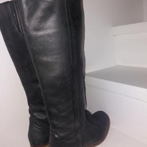 Super fede støvler fra Pieces, de er brugt men i meget fin stand. Mindstepris 250 kr,-