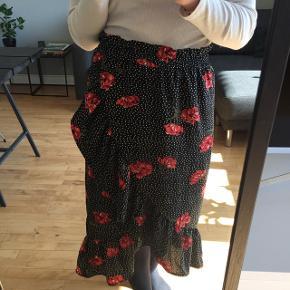 Fin midi nederdel med blomster og prikker