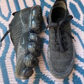 Nike Vapormax. Sorte med lidt guld/sølv i strikken. Svarer til str. 39.   2018 Mens Nike Air VaporMax Flyknit 2.0 Black/Black-Dark Grey