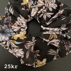 SØD SCRUNCHIE💗 -søde scrunchies der sidder godt i alle typer hår.. HOLDER BÅDE EN HESTEHALE OG EN KNOLD PERFEKT PÅ PLADS!!👍🏼 ALM KUN 25kr pr stk  Porto fra kun 10kr💌 SKRIV👉 en PB eller herunder, hvis du er interesseret.. 😍 GO SPREAD SOME LOVE ❤️🚀 #haircandy 🦋 #hairfashion #hairclaw  #liveauthentic ✌️#sweetlittleme #hair #hairpieces #hårklemmer #dulleloves #hårspænder #hairclip #scrunchie #makelove🚀 #love  #hairbuns #accessories #hårklemmer #hårclips #hårspænder #hår #hårpynt  #hårbøjle  #hårbøjlemedknude #behappy #beauty #beautiful #golightly #smile #livetolove #spreadlove ❤️🚀