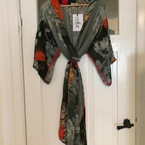 null Kimono Farve: blomstret Oprindelig købspris: 900 kr.