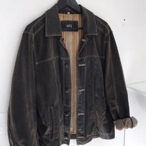 Fin stof jakke i brun. Størrelsen på jakken er en 52 men den er ret gamle så tror det svares til medium/large.