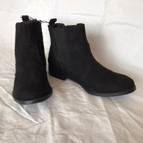 Sorte stilrene imiteret ruskind støvletter/ankel støvler fra H&M. Der er elastik i siderne så den er dejlig nem at få på, og hælen er 2cm høj ca. De er ikke foret så kan bruges størstedelen af året. Helt ny, aldrig brugt.