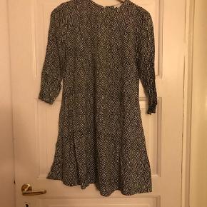 Varetype: Mønstret kjole Farve: Sort Hvid Prisen angivet er inklusiv forsendelse.