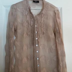 Varetype: Bluse Farve: Lyserød Prisen angivet er inklusiv forsendelse.  Fin gennemsigtig bluse i flot kvalitet. Kan både bruges som lukket skjorte eller som åben med en top under 👍🏻 BYD!