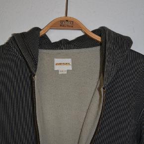 Hættetrøje fra Diesel i kraftig kvalitet med for. Den er brugt en del, men er stadig en fed trøje. som afbillede
