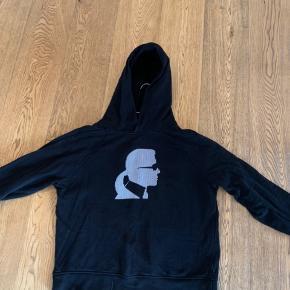 Sejeste Karl Lagerfelt hoodie! Str. S Fremstår som ny og er brugt få gange. Mp: 550 eller byd Skriv for flere billeder