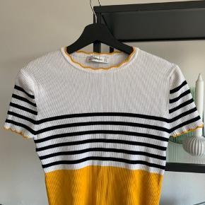 Super flot bluse fra Zara, aldrig brugt, har dog haft den vasket  og fremstår derfor ny. Stoffet giver sig og kan derfor passe både S-M-L. Giv et bud :)  —————— Se mine andre annoncer, sælger ud af tasker, smykker og tøj i sammenhæng med flytning!💫 - Alle mine vare er fra ikke-ryger hjem og sendes igennem Trendsales🌸  - Kan dog mødes i København