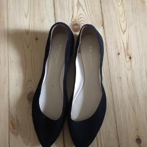 De er super fine og yndige. Er aldrig brugt da de er for små til mig (bruger normalt selv en str 38 i sko).  Fejler intet og står som var de helt nye.   Jeg leverer gerne inden for en radius af 5 km, og ellers må man selv afhente.