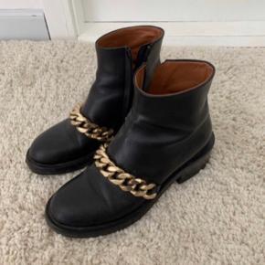 Givenchy støvler sælges i størrelse 38  Kæden er i guld  De er købt på Vestiaire Collective