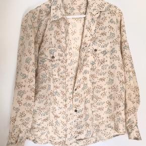 Ubrugt skjorte - lavet af 100% bomuld. Den kommer fra et røgfrit hjem.