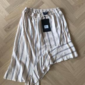 Fed asymmetrisk nederdel fra designers remix, råhvid med striber. BEMÆRK: Den er aldrig brugt, men prismærket er taget af.   Se også mine andre annoncer og giv et bud.